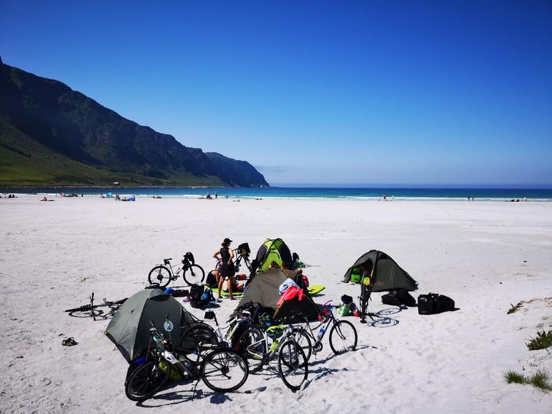 spanie na dziko na plaży norwegia